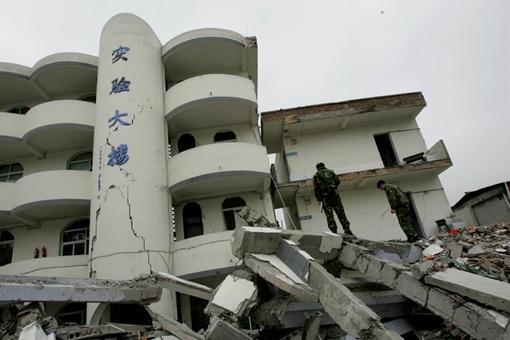 汶川地震16張催人淚下的照片,鐘表永遠定格在了2點28分