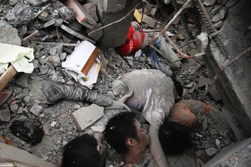 汶川地震16张催人泪下的照片,钟表永远定格在了2点28分